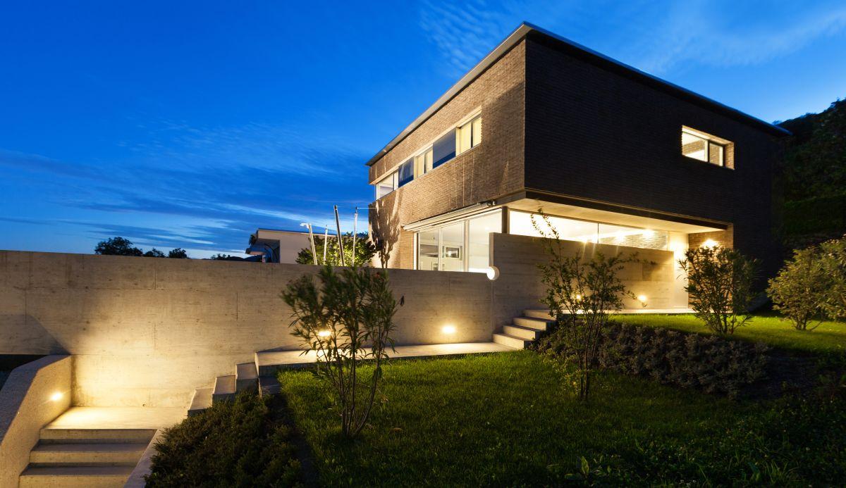 Jak si posv tit na zahradu for Eclairage exterieur facade maison